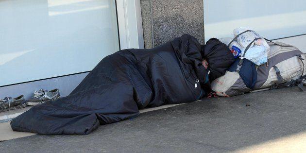 Il gelo fa una vittima a Milano: un clochard trovato morto vicino alla