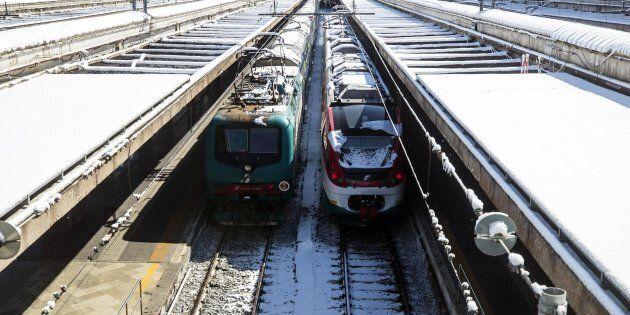 Alcuni treni alla stazione Termini durante la nevicata, Roma, 26 febbraio 2018. ANSA/ANGELO