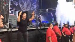 Al concerto metal la traduttrice nella lingua dei segni ruba la scena alla