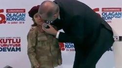 Erdogan ha consolato una bimba in lacrime augurandole una