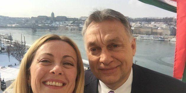 Meloni vola a Budapest per un selfie-opportunity con Orban: