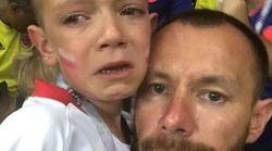 La squadra perde, i tifosi avversari lo consolano: il video commuove la Fifa, che lo premia