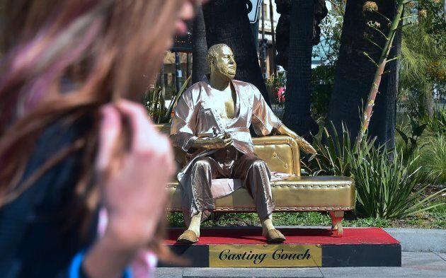 Oscar 2018, Harvey Weinstein, una statua in accappatoio su un divano dorato è apparsa su Hollywood