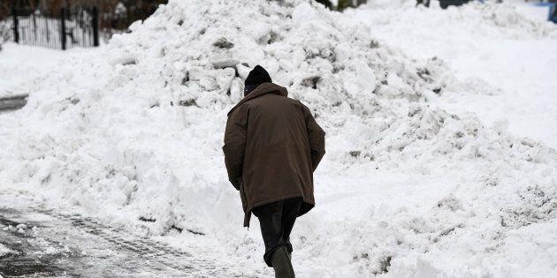 Percorre 8 miglia a piedi sotto la neve per raggiungere il suo paziente: l'atto eroico di un chirurgo...
