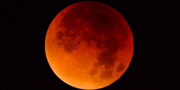 Eclissi di Luna, il 27 luglio occhi puntati al cielo. Ecco quando e come