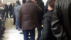 Schede sbagliate e bollino antifrode: l'Italia al voto tra code e ritardi. Lunghe file ai seggi a Roma, Milano e