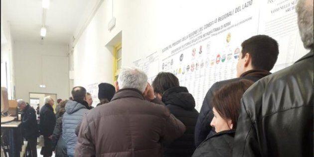Schede sbagliate e bollino antifrode: l'Italia al voto tra code e ritardi. Lunghe file ai seggi a Roma,...