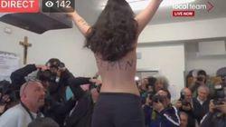 Protesta Femen contro Silvio Berlusconi: la ragazza si spoglia al