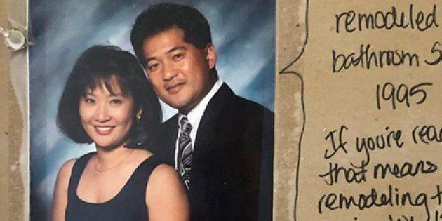 Ristrutturano il bagno e trovano un messaggio nascosto nel muro (scritto 23 anni