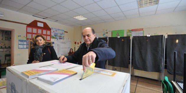 Pier Luigi Bersani infila la scheda da solo nell'urna, ma prima andava tolto il bollino