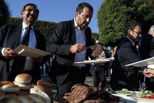 Matteo Salvini, ministro dell'Interno, mentre si serve un hamburger durante il ricevimento a Villa Taverna...