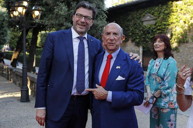 Giancarlo Giorgetti (S) con l'ambasciatore degli Stati Uniti in Italia Lewis Eisenberg durante il ricevimento...