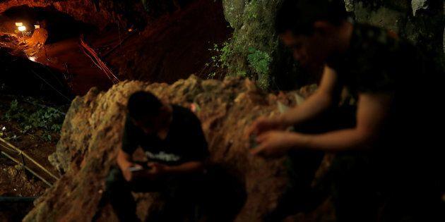Thailandia, i genitori dei ragazzi intrappolati nella grotta scrivono all'allenatore:
