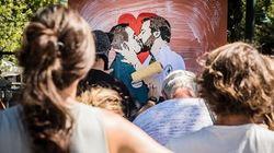 Il murales del bacio Salvini-Di Maio ricompare a Forte dei