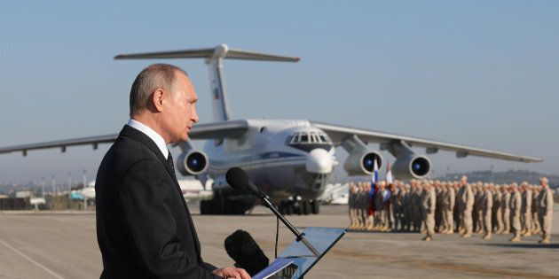 Vladimir Putin in visita alla base aerea di Hmeimim, nel nord est della Siria (11 dicembre