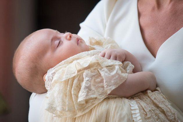 Le immagini del battesimo del principino Louis: invitati impeccabili e radiosa mamma