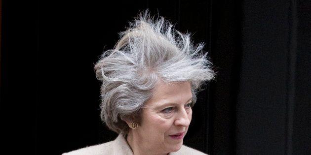Theresa May prova resistere alla bufera. Nuovo Cdm dopo gli addii di Johnson e