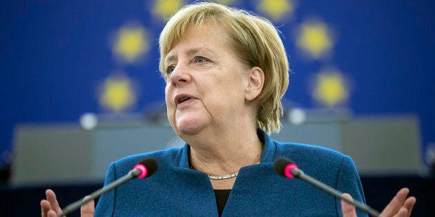 A Strasburgo 'lupi' contro Merkel: la Cancelliera sotto attacco in aula, la difende solo il