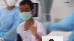 Con la mascherina fanno il segno della vittoria: il primo video dei ragazzi thailandesi