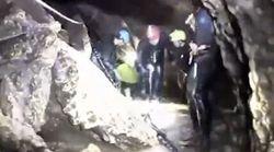 Nei cunicoli con l'acqua alla gola: il video in soggettiva del salvataggio dei ragazzi