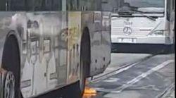 Ancora un autobus in fiamme a