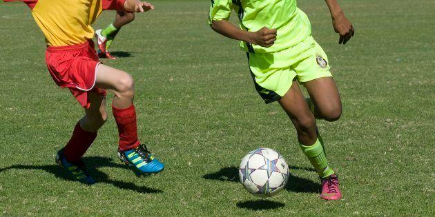 Insulti razzisti al baby calciatore: lui reagisce e viene
