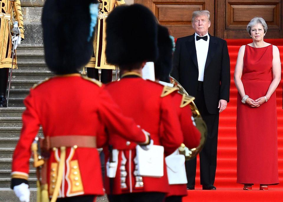 Londra infuriata con Trump. Un pallone gonfiato contro le minacce di The Donald a Theresa