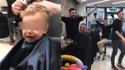 Il bimbo piange dal barbiere, i clienti trovano un modo efficace per