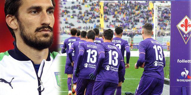La Fiorentina entra in campo con la maglia numero 13 per ricordare Astori. Al 13' si ferma il