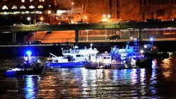 Elicottero turistico precipita nell'East River a New York, 5 morti. La borsa di un passeggero la possibile
