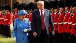Trump e Melania da Elisabetta per il tè delle cinque: la Regina lo guida passo passo nel