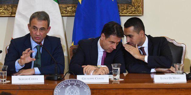 Il ministro dell'Ambiente Sergio Costa, il presidente del Consiglio Giuseppe Conte e il vicepremier e...
