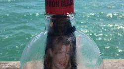 Spediscono un messaggio in bottiglia con la foto della mamma morta. Due anni dopo scoprono dove è