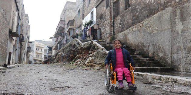 Hanaa, 8 anni, ha perso l'uso delle gambe in un bombardamento su Aleppo. Sono migliaia i bambini resi...