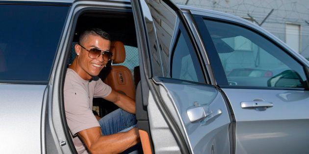 La prima finta di Cristiano Ronaldo spiazza tutti. Atterraggio top secret e depistaggi: il primo giorno...