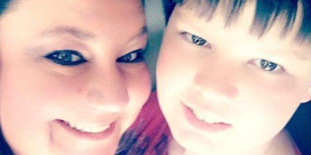 Una mamma pubblica la foto del figlio 12enne nella bara: