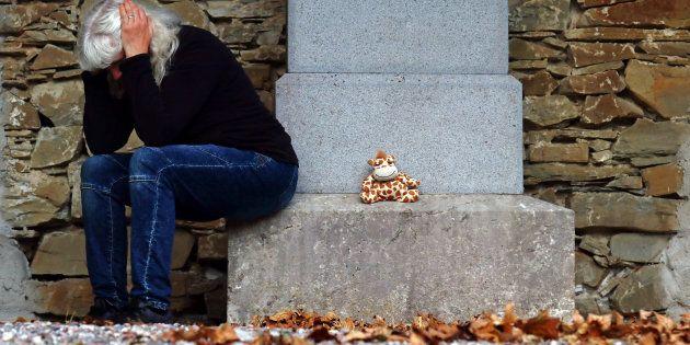 Rubano i regali dalla tomba di una bambina. Furto shock al cimitero di
