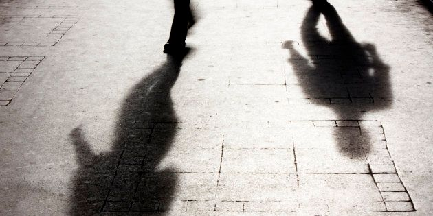 Rapina con violenza sessuale a Milano: un uomo armato violenta 19enne, picchia e deruba il