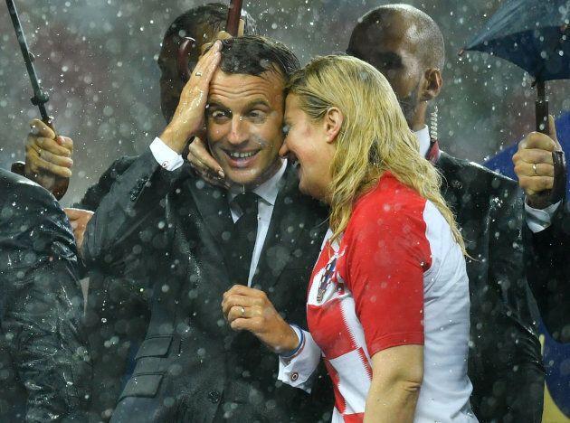 Feeling tra Macron e la presidentessa croata: baci e abbracci sugli spalti dello