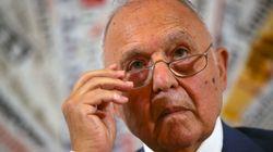 Savona smentisce l'ipotesi di dimissioni. E Salvini: