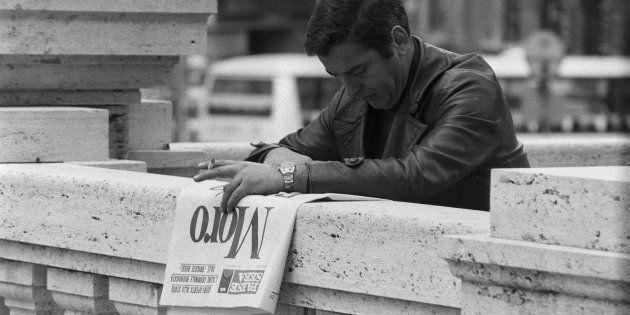 Un italien lit le journal le lendemain de l'assassinat de Aldo Moro par les Brigades Rouges le 10 mai...