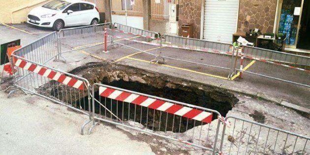 A Genova un anziano è morto cadendo in una voragine aperta dal
