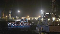 Sbarcate nella notte a Pozzallo 264 persone torturate e abusate nei lager libici. Anche una bimba di 15 giorni nata in un