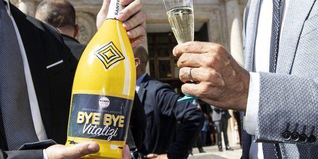 Senatori e deputati del M5Stelle a Montecitorio festeggiano l'approvazione per il taglio dei vitalizi...