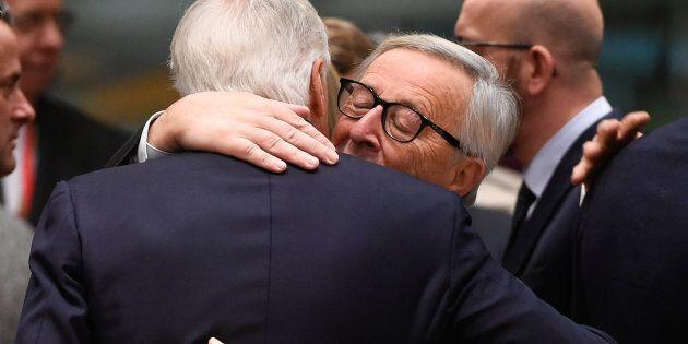 L'abbraccio tra Jean Claude Juncker e Michel Barnier, il negoziatore dell'Unione europea per la