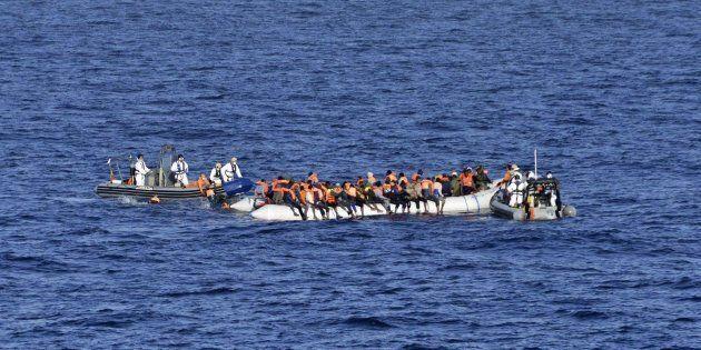 Pantelleria, soccorsi in mare 66 tunisini. Nella notte sono sbarcati a