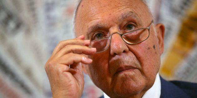 Il ministro Savona indagato per usura bancaria. Di Maio e Salvini escludono le sue