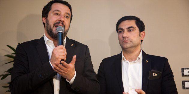 Il segretario della Lega Matteo Salvini (s) incontra gli elettori in un locale del centro in compagnia...