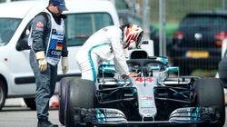 Gp Germania, si ferma la Mercedes di Lewis Hamilton, lui scende e la