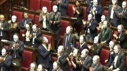 Il Pd protesta con le maschere bianche contro il Decreto